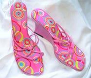 Sandálias da cunha da cor-de-rosa da forma fotografia de stock royalty free