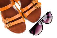 Sandálias das mulheres e vidros de sol Fotografia de Stock