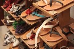 Sandálias de couro feitos a mão Artisanal na venda, Puglia, Itália Imagem de Stock