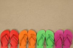 Sandálias de Flip Flops na praia em férias de verão da areia com bobina fotos de stock