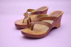 Sandálias de madeira do verão Fotografia de Stock