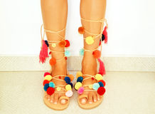 sandálias do bohemian do pom do pom fotos de stock