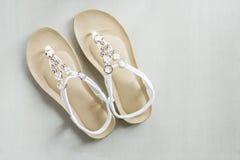 Sandálias do couro branco da mulher foto de stock royalty free