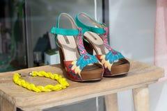 Sandálias e colar da mulher em uma loja Fotos de Stock