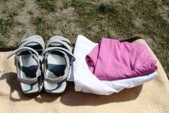 Sandálias e roupa na natureza Fotos de Stock Royalty Free