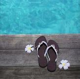 Sandálias em um assoalho de madeira Fotografia de Stock Royalty Free
