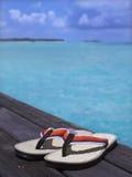Sandálias em um assoalho de madeira Imagem de Stock