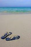 Sandálias em uma praia arenosa tropical Imagens de Stock