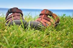 Sandálias na praia imagem de stock royalty free