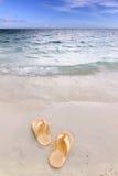 Sandálias na praia Foto de Stock Royalty Free