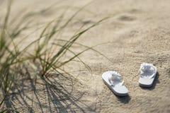 Sandálias na praia. Fotografia de Stock
