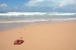 Sandálias na praia Fotos de Stock Royalty Free