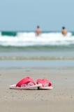 Sandálias na praia Imagens de Stock Royalty Free