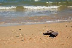 Sandálias na praia em Normandy foto de stock royalty free