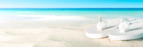 Sandálias na praia fotografia de stock royalty free