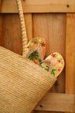 Sandálias no close up da bolsa do sol Imagens de Stock Royalty Free