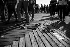 Sandálias no passeio à beira mar imagem de stock royalty free