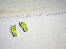 Sandálias pelo mar Fotografia de Stock