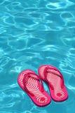 Sandálias por uma piscina Foto de Stock Royalty Free