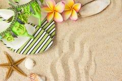 Sandálias verdes, na areia Imagens de Stock