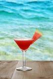 Sandía martini en la tabla por el océano Fotos de archivo