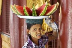 Sandía que lleva de la mujer Burmese Imagen de archivo libre de regalías