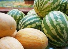 Sandías y melones maduros en la feria estacional imágenes de archivo libres de regalías