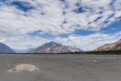 Sandöknar av den Nubra dalen i Ladakh, Indien, Asien Royaltyfri Bild