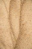 Sand av en strand med modeller arkivbilder