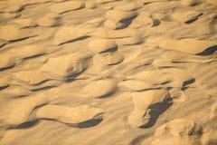 Sand av en strand med modeller royaltyfria foton