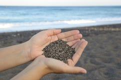 Sand in den Händen Lizenzfreies Stockbild