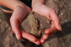 Sand in den Händen Stockbilder