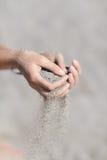 Sand in den Händen Lizenzfreies Stockfoto