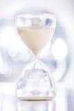 Sand, der einen Hourglass durchfließt Stockbilder