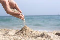 Sand in der Hand Stockbild