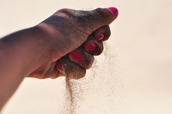Sand in der Hand lizenzfreie stockfotografie