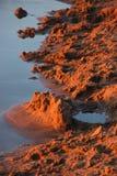 Sand durch den Fluss bei Sonnenuntergang lizenzfreie stockfotos