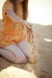 Sand durch Finger Lizenzfreies Stockfoto