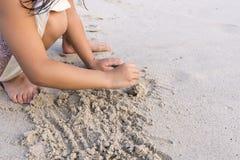 Sand för barnhandlek på stranden Royaltyfria Foton