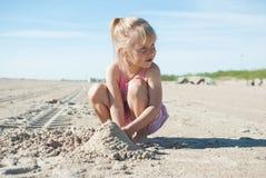 Sand för flickalekstrand arkivfoton