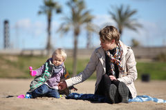 sand för liten moder för dotter leka arkivfoto