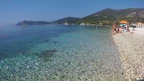 Sand för strand för lopp för ferie för sommar för hav för Kalamos öGrekland destination stock video