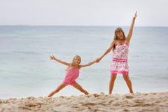 sand för stranddottermoder Arkivfoton