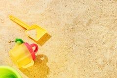 Sand för strandsommarsolen lurar leksak- och för flaskvatten häftklammermatare och Sunscreen Royaltyfria Bilder