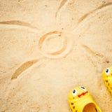 Sand för strandsommarsolen lurar leksak- och för flaskvatten häftklammermatare och Sunscreen Royaltyfri Fotografi