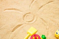Sand för strandsommarsolen lurar leksak- och för flaskvatten häftklammermatare och Sunscreen Fotografering för Bildbyråer