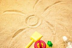 Sand för strandsommarsolen lurar leksak- och för flaskvatten häftklammermatare och Sunscreen Arkivfoton