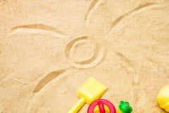 Sand för strandsommarsolen lurar leksak- och för flaskvatten häftklammermatare och Sunscreen Arkivbild