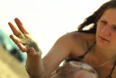Sand fließt Finger durch stockbild