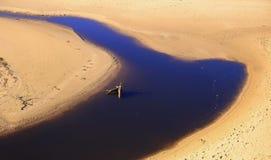 Sand, flod och hinder arkivbild